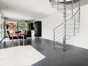 inomhus rostfritt stål trappa målade med silvervit färg | Trappspecialisterna