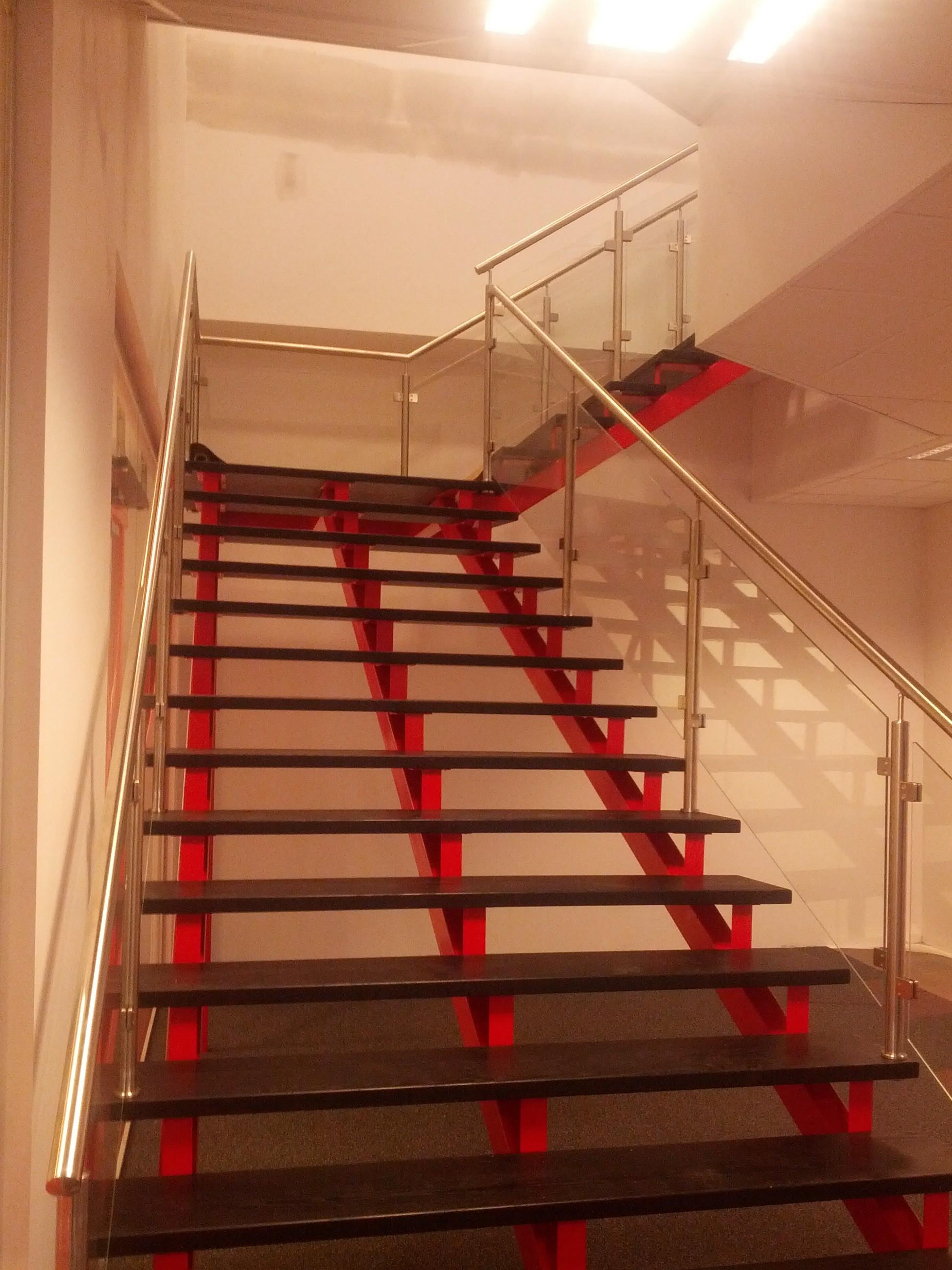 inomhus ståltrappa med glasrullar för den kommersiella lägenheten | Trappspecialisterna