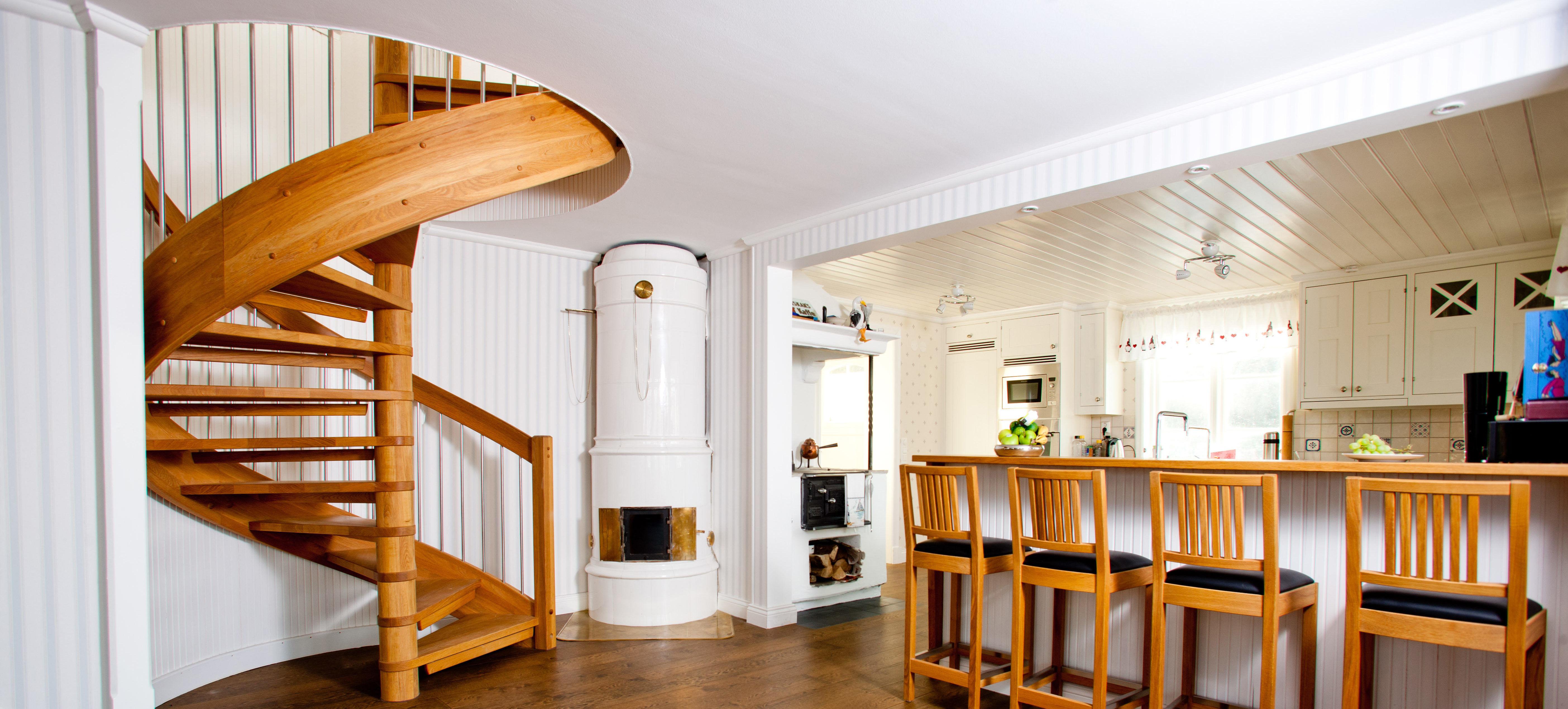 Vackert snidade en trä spiral trappa genom korridoren | Trappspecialisterna