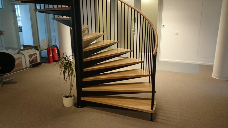 Snygg ståltrappa sammanfogar med trätrappor genom hall | Trappspecialisterna