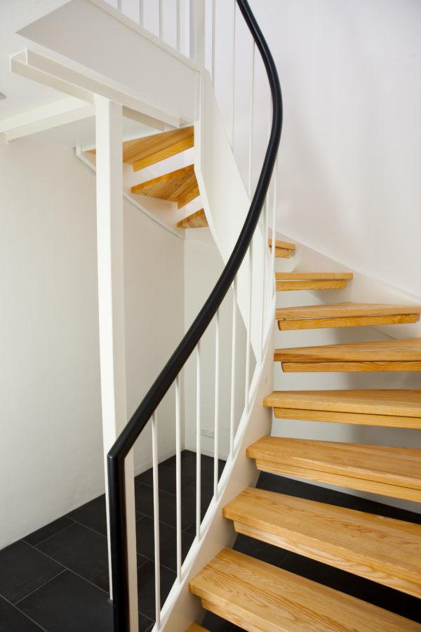 Bygga trappa med glasreling | Trappspecialisterna