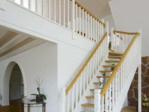 Vacker skräddarsy trätrappa för ditt hus | Trappspecialisterna
