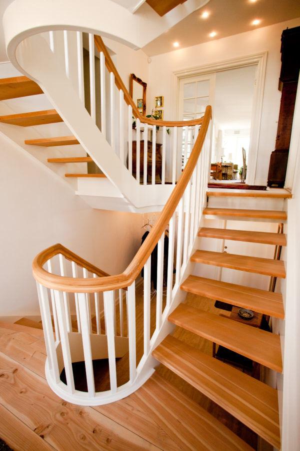 Bygga trappräcke i trä inomhus | Trappspecialisterna