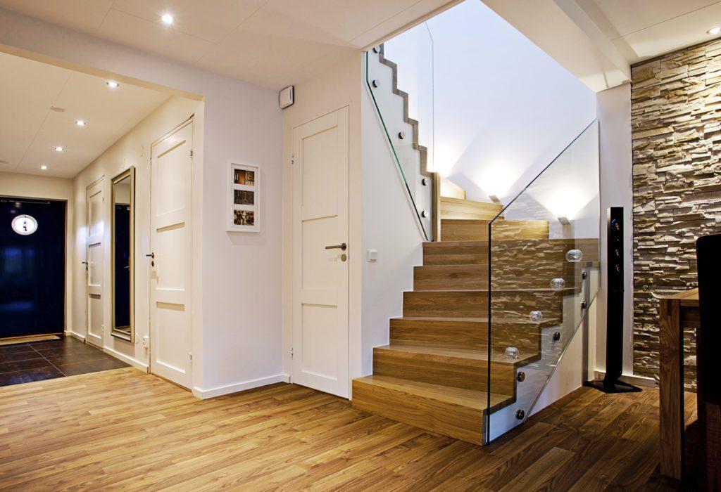designer trä trappor med glasrullar | Trappspecialisterna
